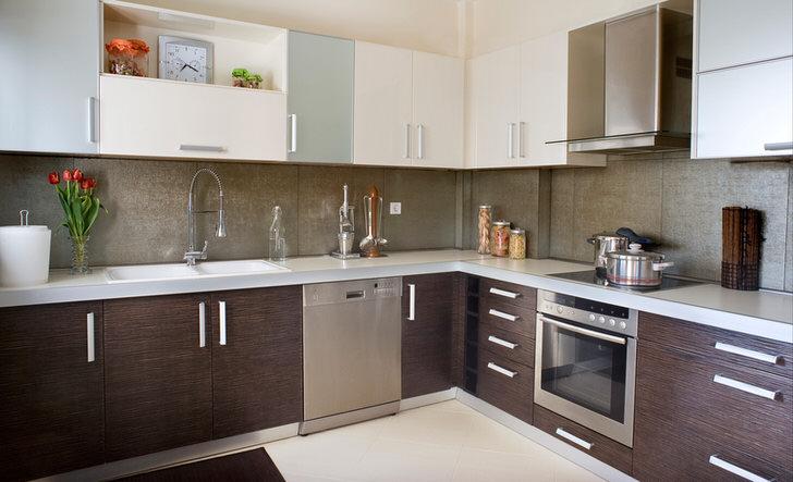 Кухня L-образной формы в цвете венге - правильное решение для интерьера малогабаритной квартиры-студии.