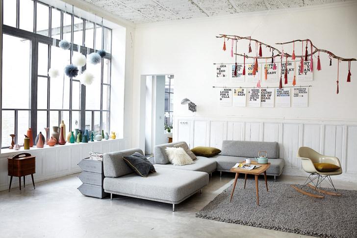 Для гостиной в скандинавском стиле был выбран небольшой мягкий диван. Строгие геометрические формы не кажутся громоздкими и неуклюжими.
