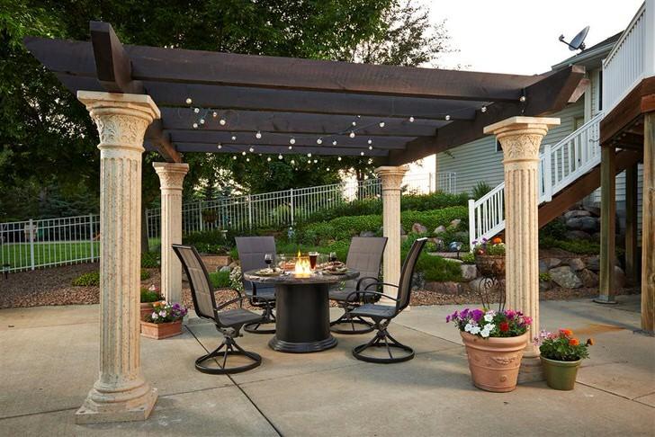 Романтическое оформление перголы в средиземноморском стиле с помощью миниатюрных огоньков подходит для вечернего отдыха с любимым человеком.