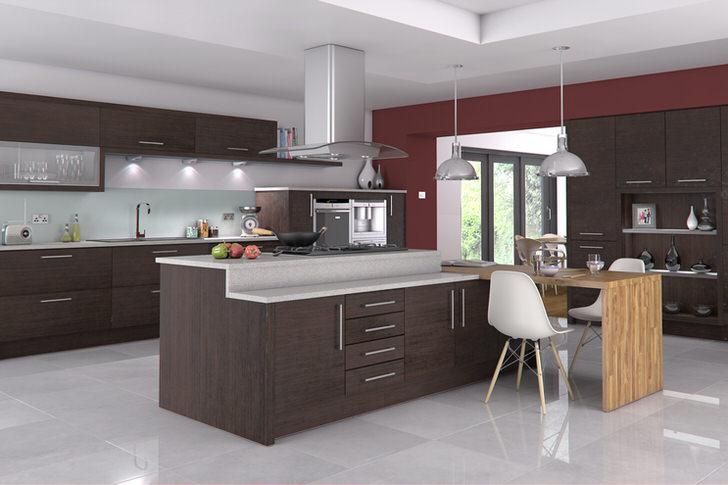 Бордовая отделка органично сочетается с цветом венге, в котором оформлен кухонный гарнитур. Функциональное решение - высокий стол по центру кухни.