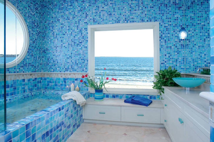 Небольшая ванная комната оформлена в средиземноморском стиле.