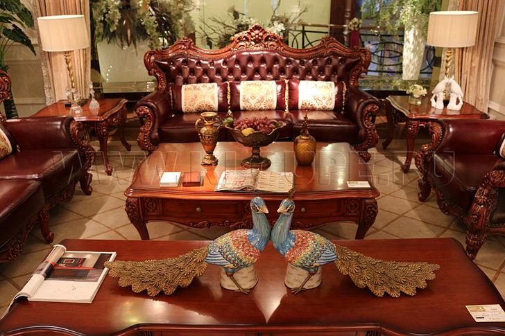 Журнальный столик в стиле ампир с отголосками классики примечателен изысканной резьбой.