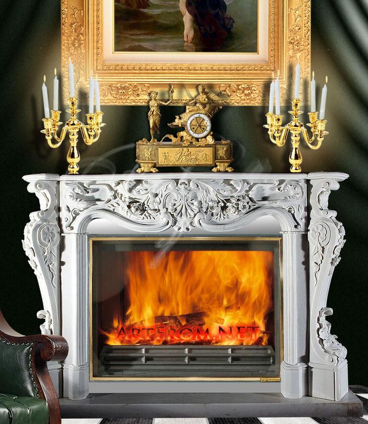 Витиеватые узоры лепнины обрамляют панель газового камина в стиле барокко.