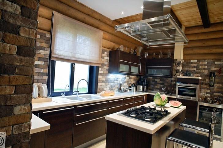 Отделка из кирпича органично смотрится на фоне деревянного сруба. Эксклюзивное сочетание в комплекте с современной мебелью и техникой является выгодным решением для оформления кухни в деревенском домике.