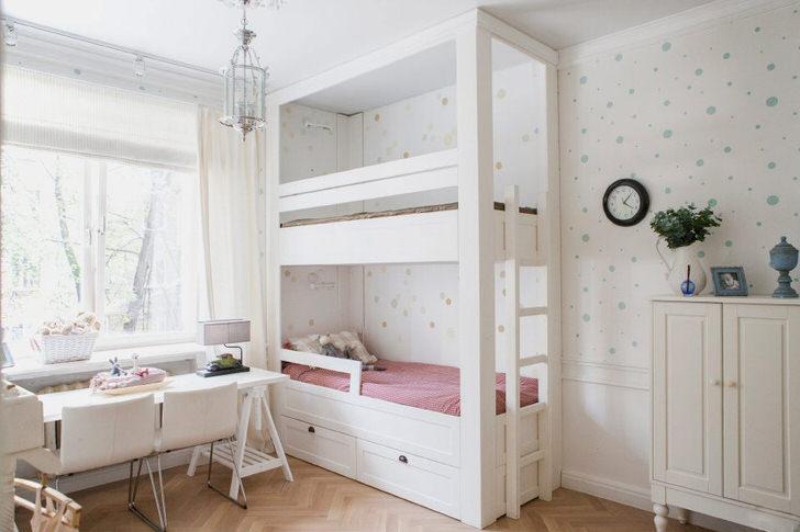 Функциональная стильная мебель белого цвета и правильное освещение делают комнату двух девочек уютной и комфортной.