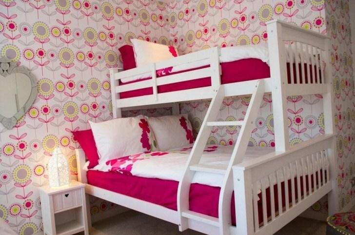 Необычная, креативная двухъярусная кровать для детской комнаты из дерева - правильный выбор для малогабаритной детской.