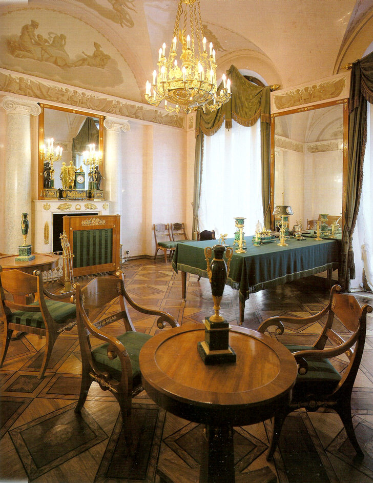 Столовая в загородном доме оформлена в соответствии со стилем ампир. Идеальный выбор для организации интерьера - насыщенный изумрудный цвет.