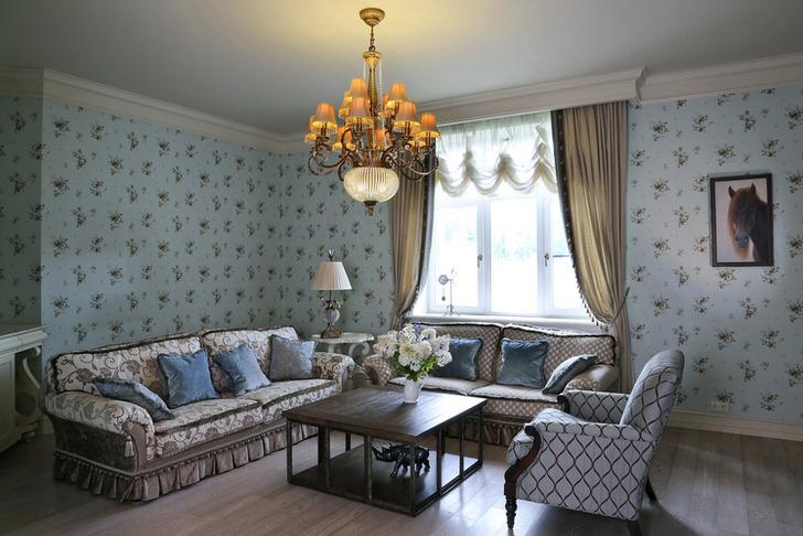 Столик между диваном и креслом - отличное место для настольного светильника в стиле кантри.