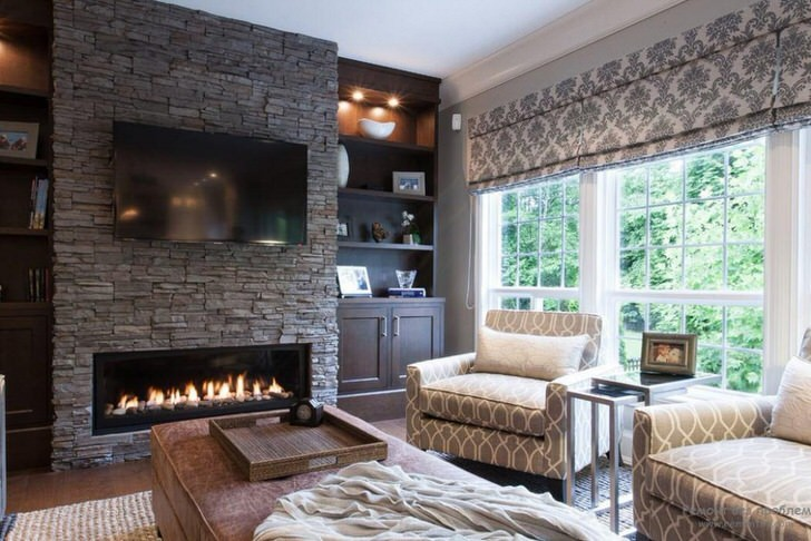 Мягкие креста строгой геометрической формы органично вписываются в неоклассическое оформление комнаты.