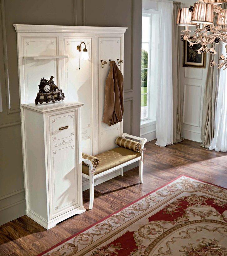 Пример правильного выбора мебели для прихожей в стиле деко.