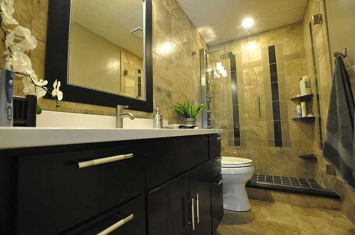 Отказ от установки ванной в пользу оснащения ванной комнаты просторным душем - выигрышный вариант для оформления небольшой площади.