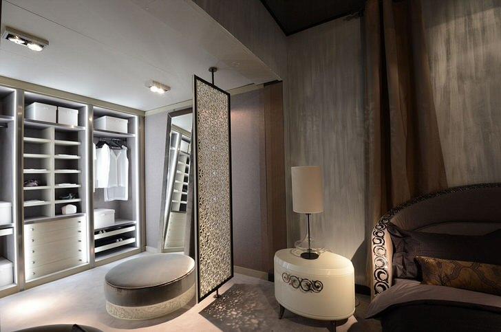 Прихожая в стиле арт деко отгорожена от спальни с помощью декоративной стенки из стекла. Изысканная деталь для неповторимого, стильного интерьера.