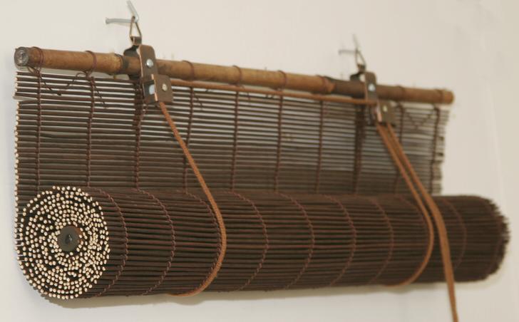 Изготавливаются бамбуковые шторы из расщеплённых полосок бамбука переплетённых натуральными волокнами.