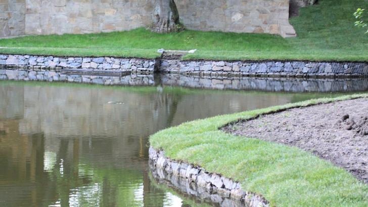 Использование габионов в парковой зоне с бассейном.