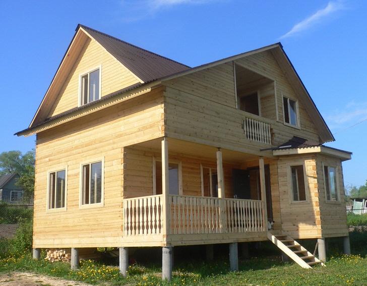 Дом из бруса 6 на 8 метров с кукушкой и двумя эркерами. Фундамент свайный.