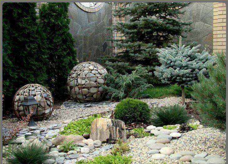 Оригинальные шары-габионы в причудливом ландшафте приусадебного участка.