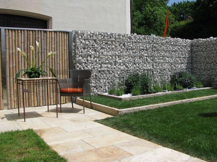 Изящное сочетание камня и бамбука в оформление зоны отдыха.