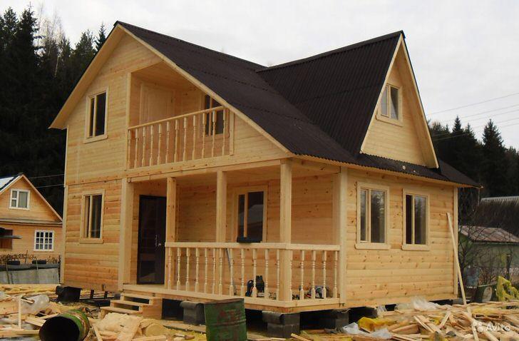 Симпатичный дом с балконом и терассой в процессе завершения строительства.