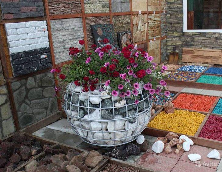 Оригинальное кашпо-габион в саду