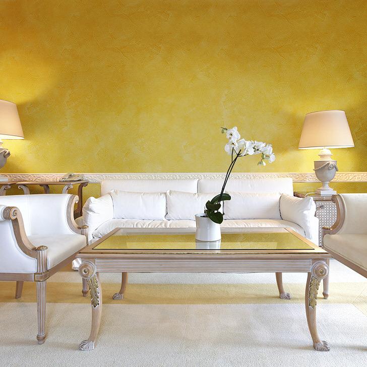 Яркие цвета с античных времён украшали храмы и богатые дома Рима и Греции.