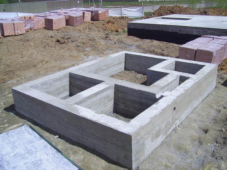 Монолитный ленточный фундамент для кирпичного дома. Есть возможность оборудовать просторный цокольный этаж.