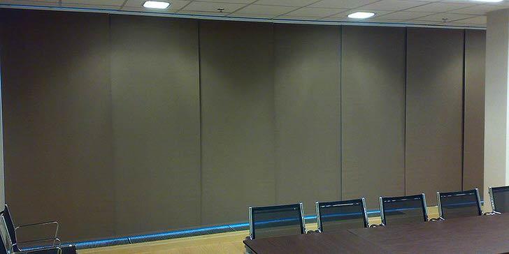 Строгие японские шторы (шторы купе) в офисе для переговоров придадут деловой вид помещению и сохранят коммерческую тайну .