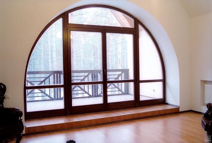 Арочная конструкция деревянного окна в реставрированной усадьбе 19 века.