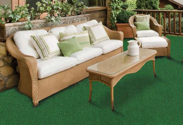 Ковёр из плотного, с низкой травой искусственного газона идеальный вариант для просторной террасы с декоративными кустарниками и цветами в горшках и кашпо.