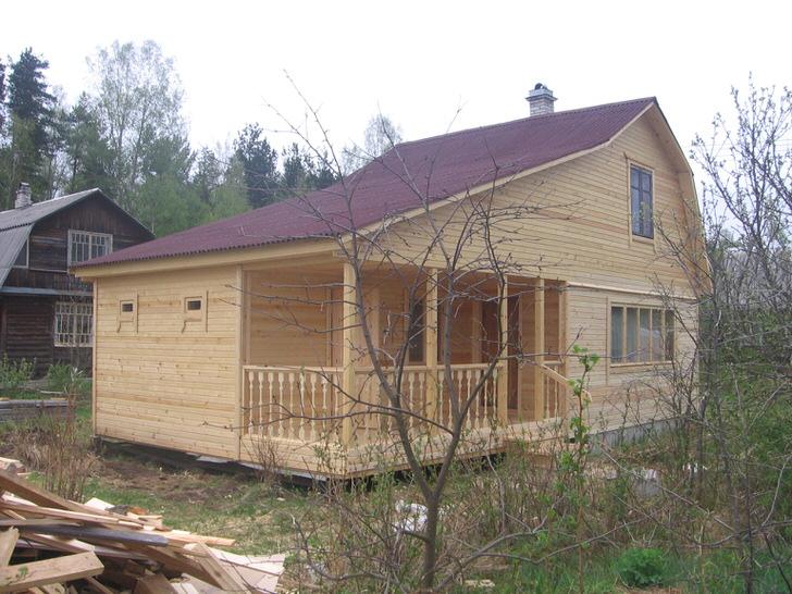 Просторный дачный дом с мансардой. Под одной ломанной крышей сам дом, баня и просторная терраса.