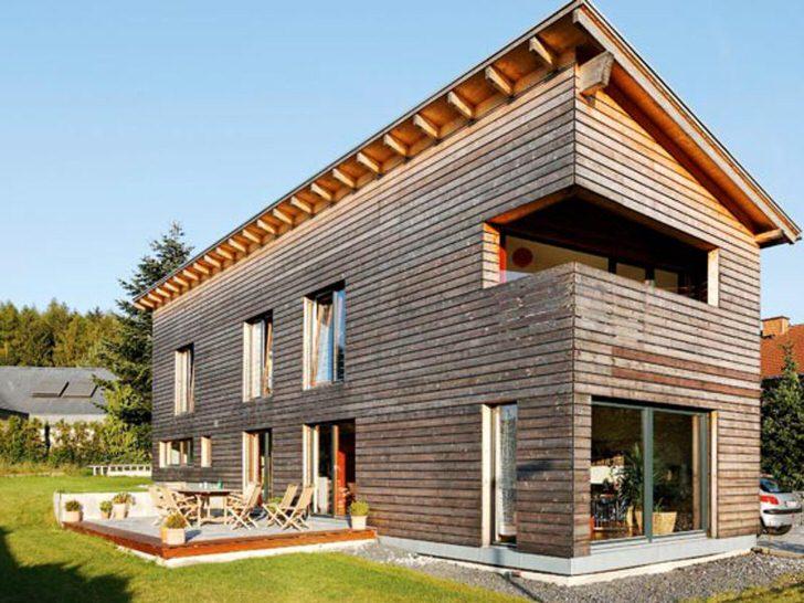 Односкатная крыша с большим наклоном для узкого двухэтажного дома.