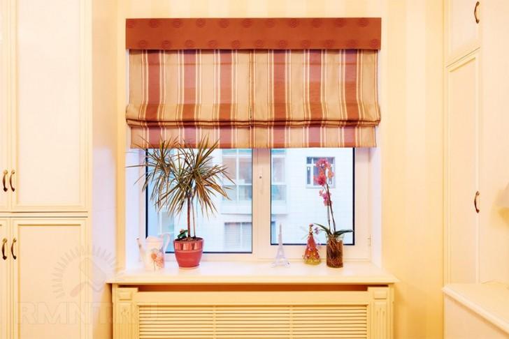 Для окна с глубоким подоконником римская штора один из оптимальных вариантов украшения окна. Римская штора позволяет оставить свободным подоконник и не загораживает батарею.