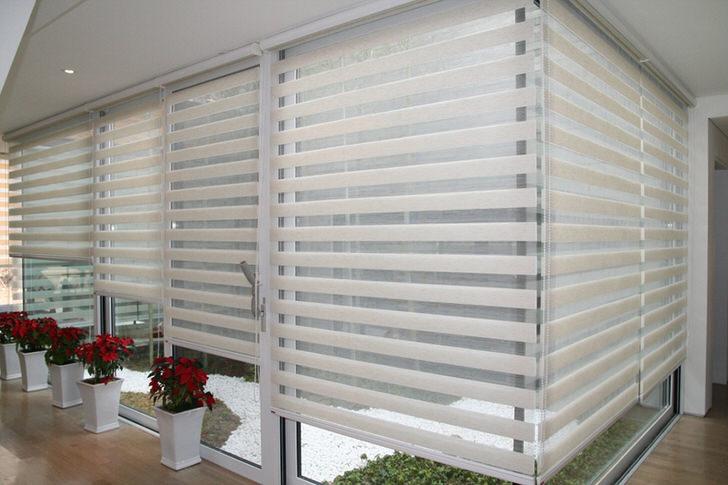 Простота конструкции рулонных штор позволяет устанавливать механизм на стены, потолок или проём окна. Продвинутые шторы могут управляться дистанционно с помощью электромоторчика.