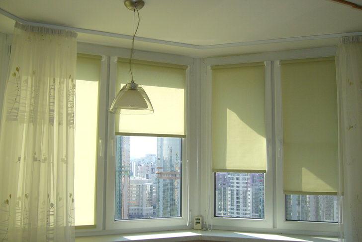 Устанавливая шторы на каждый отдельный проём окна, можно регулировать освещенность в помещении на своё усмотрение.