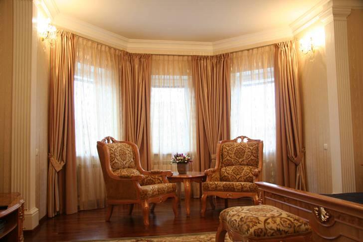 Дизайн штор для просторной гостиной с эркером в классическом стиле.