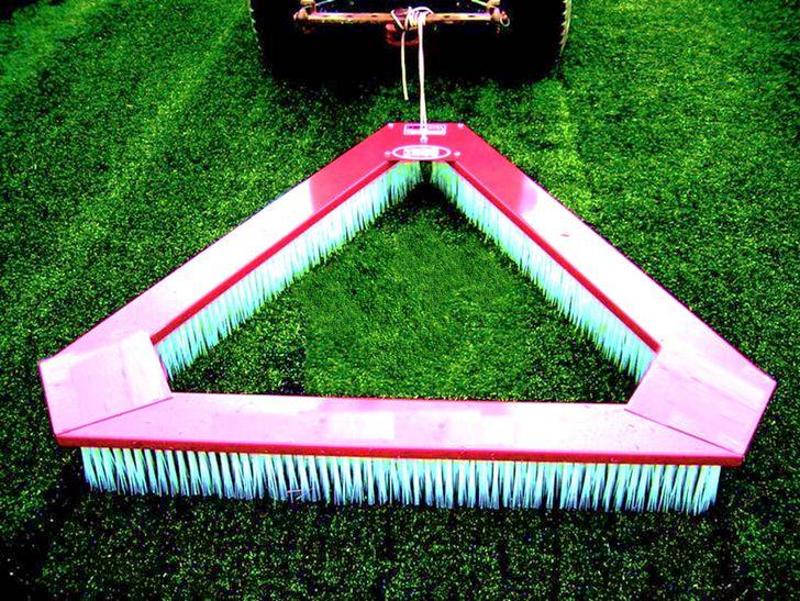 Таким нехитрым способом очищают газон от мусора и поднимают ворс покрытия.