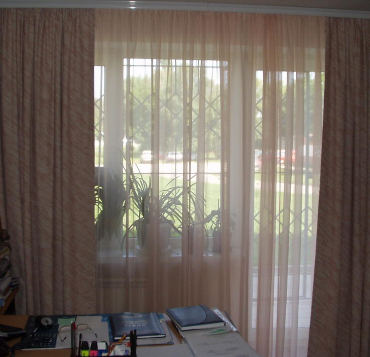 Плотные шторы блекаут не требуют тщательного ухода, обладают хорошей звукоизоляцией и пылеотталкивающим свойством.