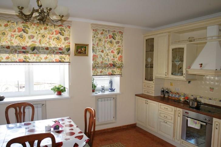 Особенность римских штор в не уходящей с веками респектабельности и богатый выбор современных тканей для интерьера кухни в стиле прованс, скандинавский, шале.