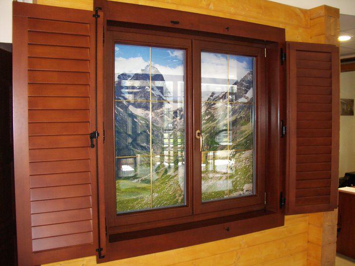 Только окно из дерева подойдёт для дома в стиле кантри.