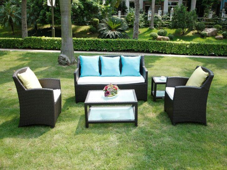 Оригинальная мебель из искусственного ротанга идеально подходит для садового участка.