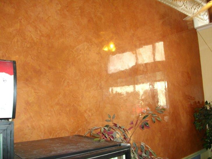 Стена отделана венецианской штукатуркой под идеально отшлифованный природный мрамор.