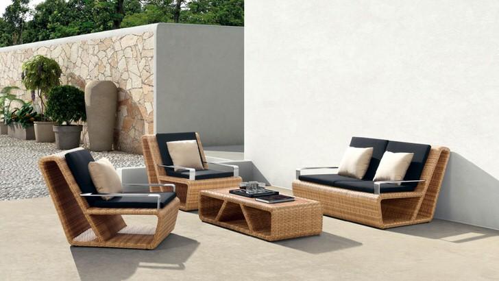 Изящная мебель из искусственного ротанга на территории средиземноморской виллы.