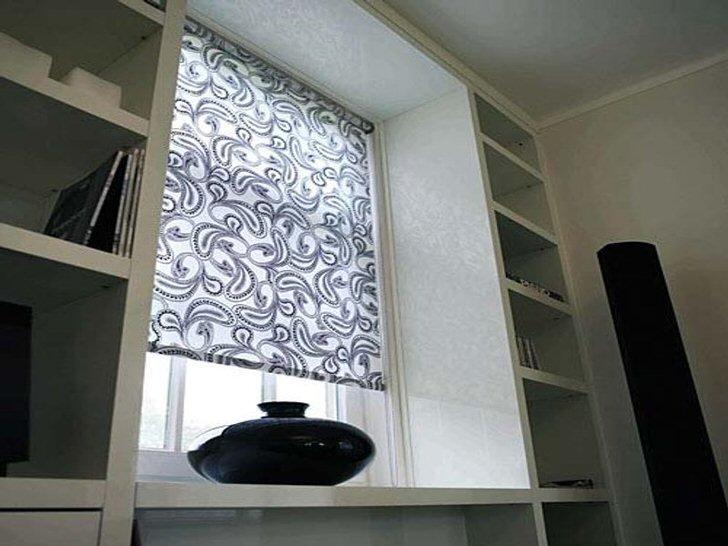 Как никакие другие, рулонные шторы из ткани идеально подойдут для небольшой спальни с маленьким окном.