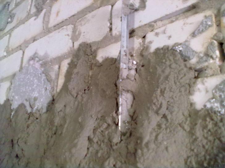 Традиционно цементная штукатурка используется для первичного выравнивания стен.