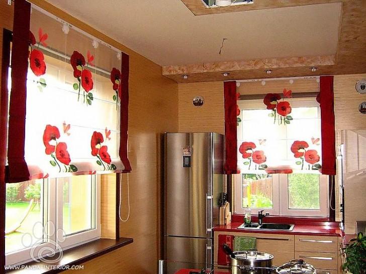 Римские шторы для кухни не обязательно должны быть сделаны из плотной ткани, отлично будут смотреться прозрачная ткань с ярким цветами.
