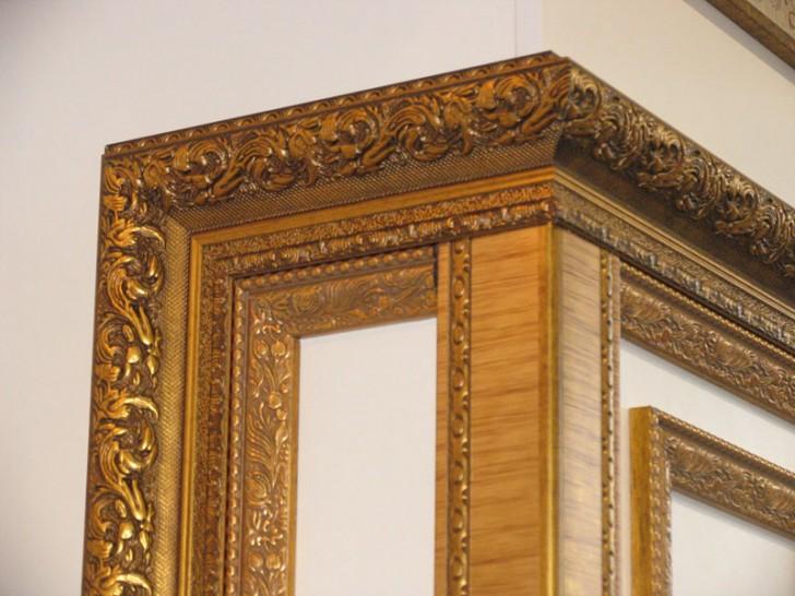 Интерьерный багет предназначен для отделки и декорирования стен, потолка, карнизов, зеркал, главное не переборщить и не сделать из помещения богатую безвкусицу.
