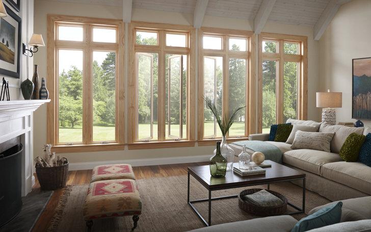 Деревянные окна гармонично сочетаются в интерьере дома с природным камнем, штукатуркой, кирпичной кладкой и деревянным полом.
