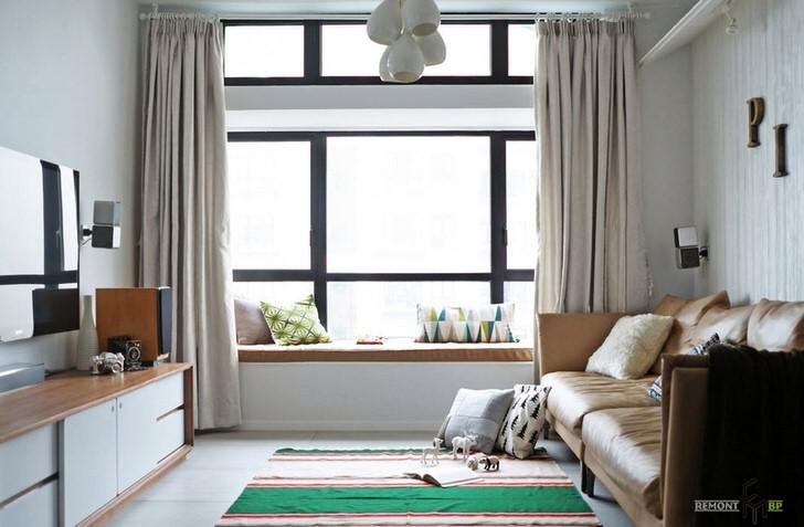 Простые однотонные шторы спокойных светлых тонов идеально подойдут для просторного сложного окна, разделённого на секции. Комната в скандинавском стиле для молодого человека чей мир музыка и компьютер.