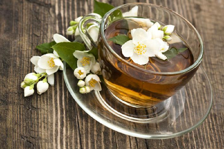 История популярности чая чая с жасмином связана с китайскими лекарями, которые утверждали, что жасмин обладает свойствами афродизиака, помогая женщинам стать желанными.