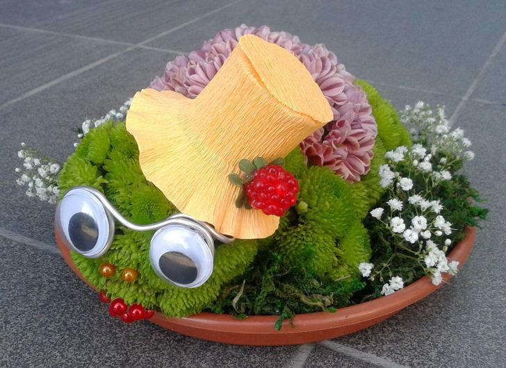 """Композиция из цветов и листьев """"Зелёная черепаха"""" для детей старшего возраста. Отличный подарок своими руками."""
