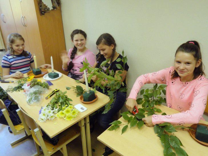 Учимся украшать подсвечники цветами и листьями.